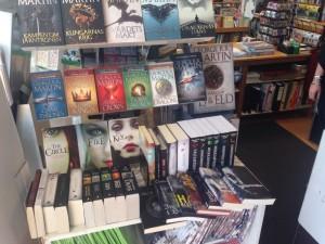 Incidenten - i fint sällskap. I en bokhandel i Mariehamn