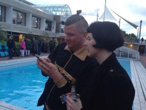 Notera poolen i bakgrunden.  Det var inte varmt. Men det fanns folk som badade... Nej, det var inte någon av oss!