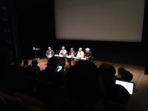 Författare i panel på scen.