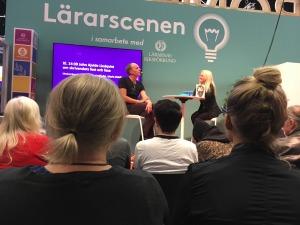 John Ajvide Lindqvist och Maria Bohlin på Lärarscenen, ryggarna på några i publiken.